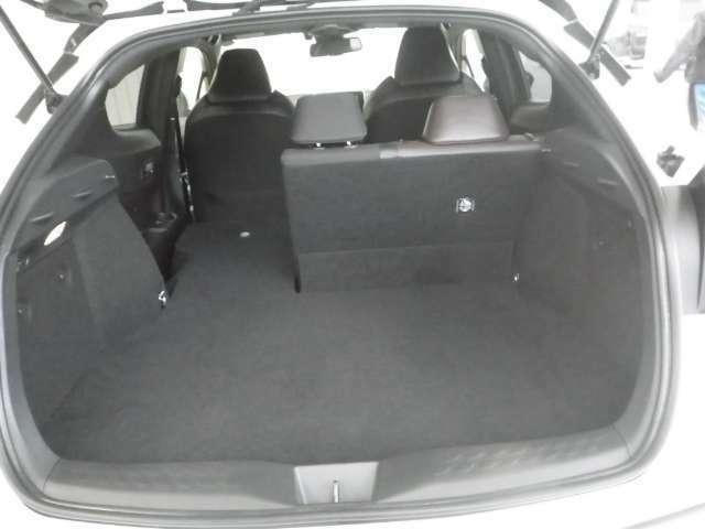 普段使いには十分な広さのラゲッジスペース!後席を倒せばより大きな荷物も載せられます!また、ラゲッジスペース下部には万が一に備えてパンク修理キット&工具を搭載しています!