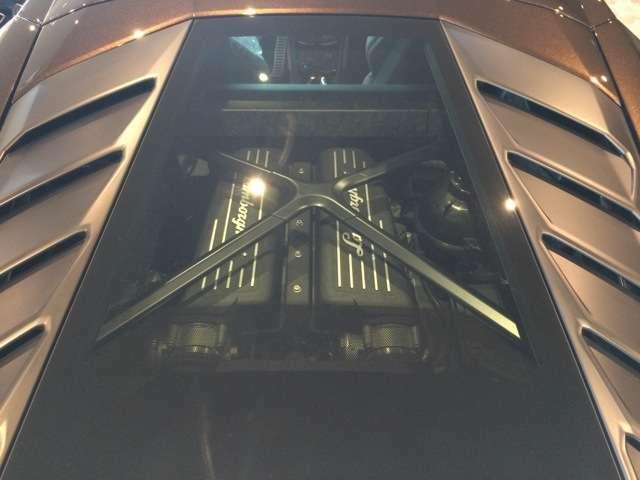 ランボルギーニに必須の装備、ガラスエンジンフード