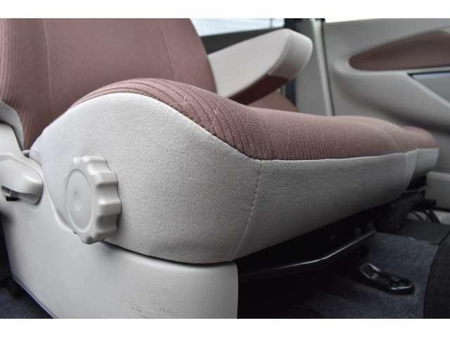 運転席にはダイヤルでシート高さを調節できるハイトアジャスターを装備☆、体格に合わせた最適なポジションを設定できます。