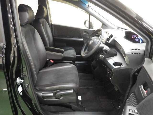 広々とした運転席、助手席。開けた前方視界、使いやすいレイアウトのスィッチ類。是非おかけになってご確認ください。