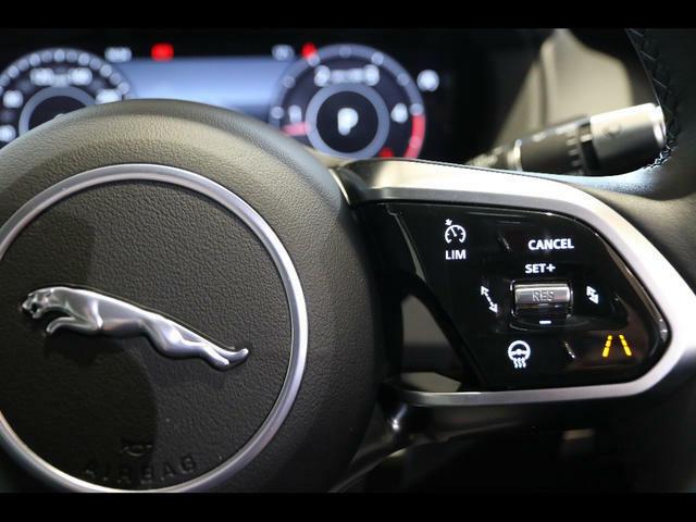 ステアリングにはアダプティブクルーズコントロールの操作スイッチがあります。アクセルの無駄なON・OFFがないので燃費にも貢献します♪