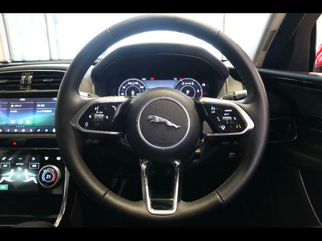 高級感溢れる内装にもジャガーのこだわりが感じられます。ぜひ現車でご確認ください♪