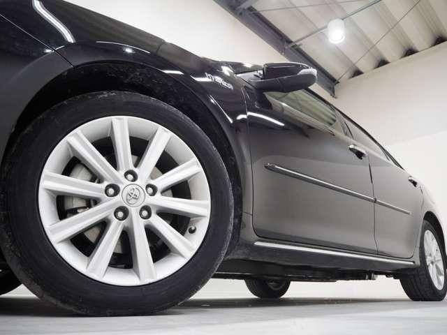 ホイルは純正17インチアルミホイルになります。タイヤは夏冬セットでお付けしますので、余計な出費もかさまず安心です。タイヤサイズ215-55-17。
