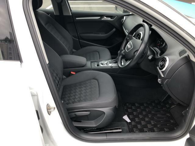 運転席・助手席はもちろんキレイな状態です。人間工学に基いた設計で長距離でも快適なドライブをお約束。快適性とサポート感を両立した優れものです。是非、ご自身の目でお確かめください。