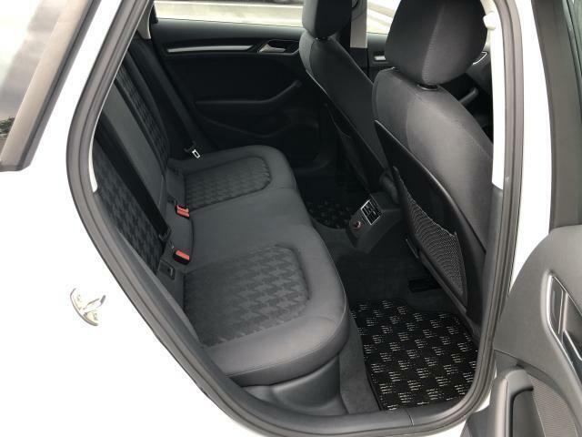 後部座席の膝周りもこのスペース