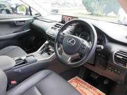 高年式・低走行の禁煙車ですのでとても綺麗な車内空間です。専用Ltexシートはシックで汚れが目立ちにくい人気のブラックカラーです。