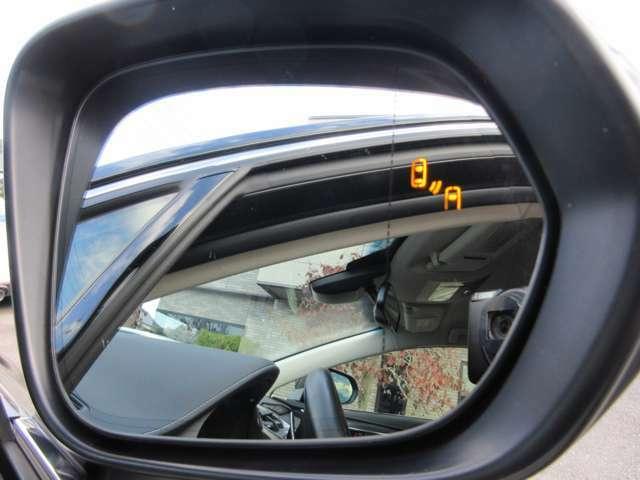 車体後部に内蔵されたセンサーによって、自車の後側方から接近する車両を検知。ドアミラー鏡面のLEDインジケーターや警報音でドライバーに注意を促す「ブラインドスポットモニター」を搭載しております。