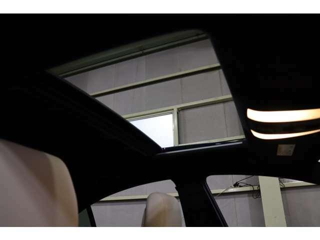 【大型ガレージ完備!天候を気にせずお車をご覧頂く事が可能です!】