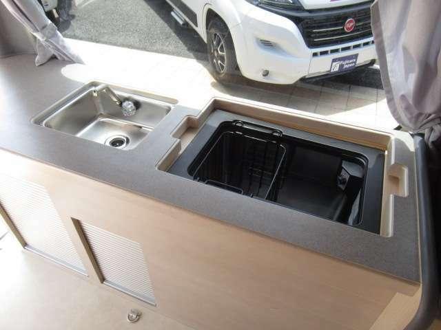 シンクにエンゲル冷蔵庫!!DC40L冷蔵庫となっております