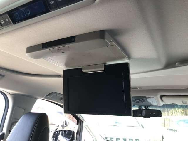お子様には必需品!!フリップダウンモニター付き車です★お気に入りのDVDやテレビを見たり、後部座席の方も飽きることなくロングドライブが楽しめます!(^^)! 付いていると嬉しい装備の1つですね♪♪