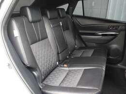 ファブリック+合成皮革のシートが採用されています。前後席間の間隔延長と前席シートバック形状の工夫で、ゆったりとくつろげる後席空間を確保しています。