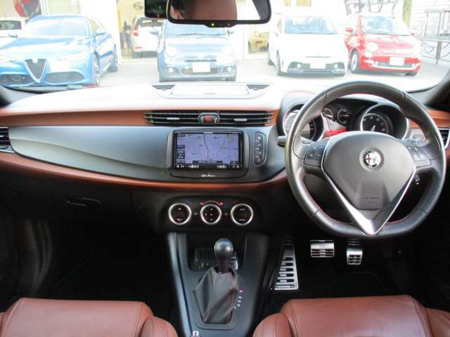 ドライバーを中心とした人間工学とイタリアンスタイルを巧みに融合したジュリエッタの内装は、デザインが美しいだけでなく、センターコンソールのナビが見やすく、スイッチ類などの使い勝手に優れています。
