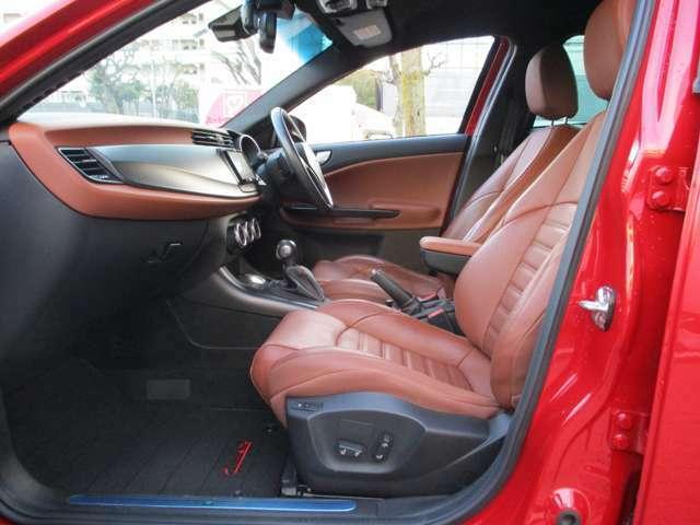 ブラウンのスポーツレザーシートは電動式。シートヒーターも内蔵。