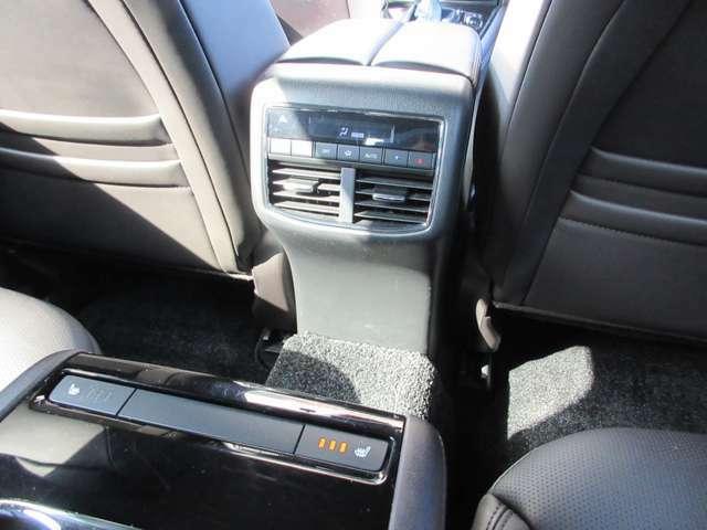 2列目シートにはシートヒーターやエアコン、USB差込口が搭載しております。