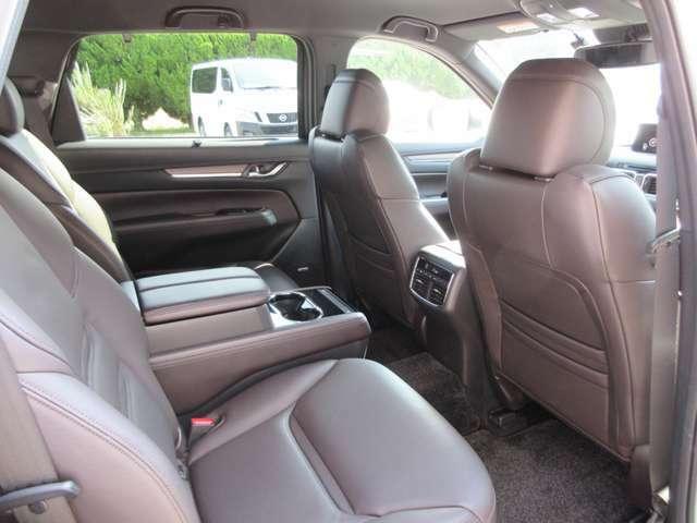 6人乗りですので、2列目はエグゼクティブなキャプテンシートになっております。シートヒーターやエアコン、USB差込口など快適装備充実の空間になっております。