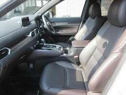 高年式の禁煙車ですので綺麗な車内空間です。シックな雰囲気のディープレッドレザーシートにはシートヒーターやポジションメモリー機能が搭載、上級オプションのBOSEサウンド搭載しております。