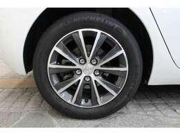 2トーンカラーの16インチアロイホイールを標準装備しています。タイヤサイズは前後共に205/55 R16です。