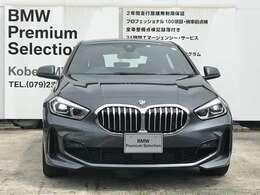 """BMWの特徴的な""""キドニーグリル""""は、80年以上続く伝統の形でございます。変わらないこだわりのデザインが、プレミアムブランド""""BMW""""を創り出します。"""