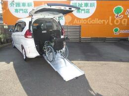 床が低くてフラットなので、 乗り降り安心です☆乗り入れ操作も簡単で、介護する人も、より楽々☆(車いすは装備例)