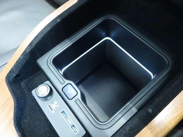 【急速クーラーボックス メーカーオプション参考価格110,000円】センターコンソール内に内蔵され、ドリンクなどを素早く冷やし、いつでも購入した時の冷たさで召し上がれます。