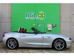 BMW Z4。スポーツクーペとプレミアム・オープンという2つのキャラクターを1台で楽しむことができるモデルです。
