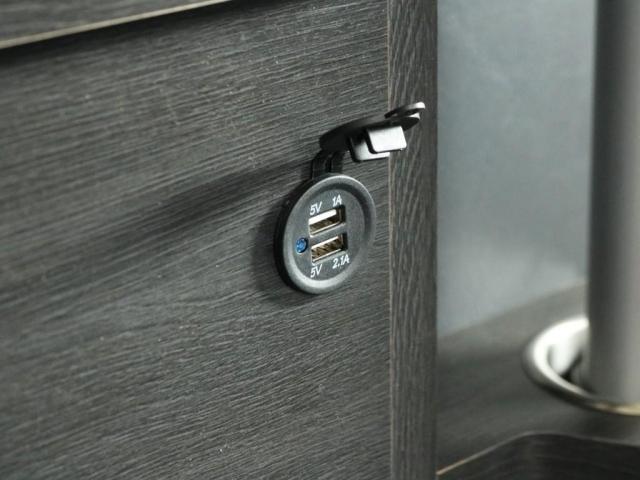 リヤのクォータートリム部には、あったら便利なUSB電源が装着済みとなっております!!