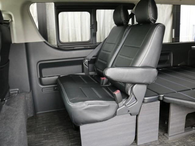 後席2列目は純正シートをそのまま使用しており、運転席と同じく黒革調のシートカバーを装着しています!!