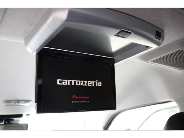 新品のカロッツェリア製フリップダウンモニター装着されており、後席の方も乗車中暇にならずに過ごすことができます!!