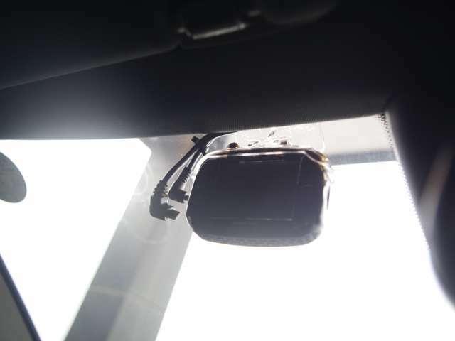 フロント側ドライブレコーダーを装備しております。