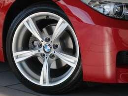Mスポーツ専用の18インチサイズのタイヤ&ホイール。Mライトアロイホイール・スタースポークスタイリング325Mが装備されます。タイヤはBMW認定のランフラットタイヤとなります。