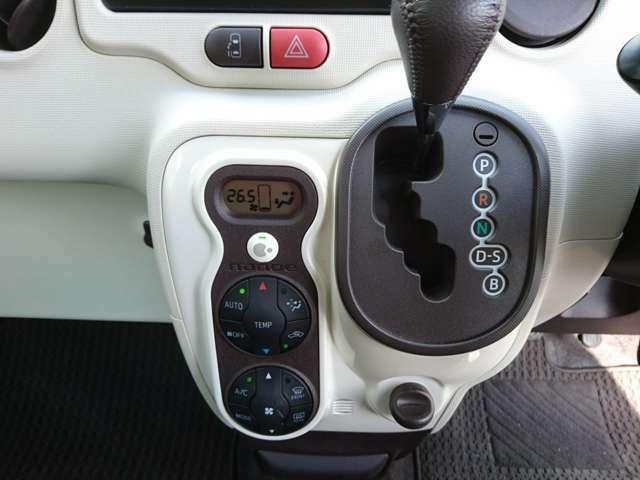 お好みの温度を設定すれば、お任せで車室空間を快適に保ってくれるオートエアコンを装備