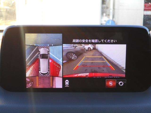 車両の前後左右に備えた計4つのカメラを活用し、車両を上方から俯瞰したようなトップビューを表示。さらに、リア・クロス・トラフィック・アラートやパーキングセンサーで、対象車両や物を検知して知らせます。