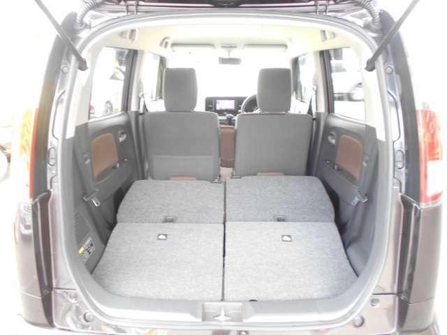 座席を両方倒すと、大きな荷物の積み込みも可能です。