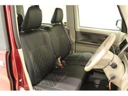 【運転席周り】シートのクリーニングを専用の薬剤を使ってしっかりと除菌と清掃を施してございます。また、厚みのあるシートでゆったりとした運転ができますよ。シートカバー付き!