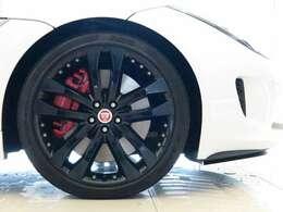 オプション19インチ ブラックアロイホイール 引き締まった足元を演出しボディカラーと相性がよく全体のバランスを整えてくれます。