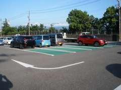 当店裏のお客様駐車場です。広くて駐車しやすいです。