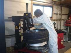 タイヤ交換もお任せください。親切丁寧に作業致します。