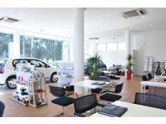 明るいショ-ル-ムに屋内展示場です。ゆっくり車を見ながら話ができる居心地のいいスペ-スになります。