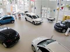 最新の新車が見られる開放的なショールームでごゆっくりと愛車をお探しください。ご不明点は何でもお気軽にご相談ください。