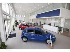 店内は、白一色で統一。車の色が良く映えるショールームです。