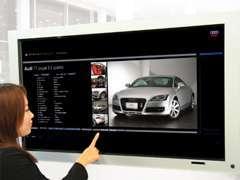 タッチパネル式大型ディスプレイで、グループ内の豊富な在庫が検索可能です。