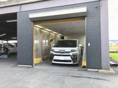自社認証工場での車検整備を始めカスタム・鈑金塗装からレッカーサービスまで幅広くお客さまをサポート致します。