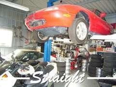 店舗に工場を常設しております。長年培った技術と経験で古い年式のお車もクセやポイントを押さえて点検・整備しております。