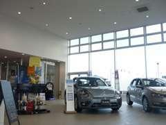中古車展示場も広いですがショールームも広いです!!