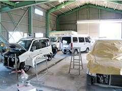 細かなキズ・ヘコミや、事故などの大掛かりな修理も提携している板金工場にて徹底的に修理致します。