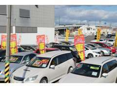 正面奥の展示場です。4WDのミニバンやツーリングワゴン、コンパクトカーなど多様な車種を格安プライスにて展示中!