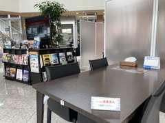 新型コロナウイルス感染予防のため、店内テーブル席の間にパーテーションを設置させていただいております。