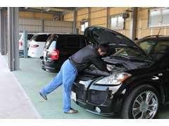 運輸局指定工場を事務所に併設。タイヤやオイル交換、車検整備まで自社で対応できますので迅速な対応が可能です。