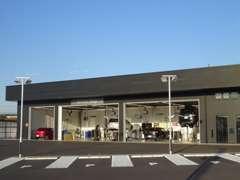 キレイな工場で、大切なお車をしっかりと整備させて頂きます。