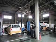 自社工場内です。大型車もOKです。奥には板金塗装工場もあり。
